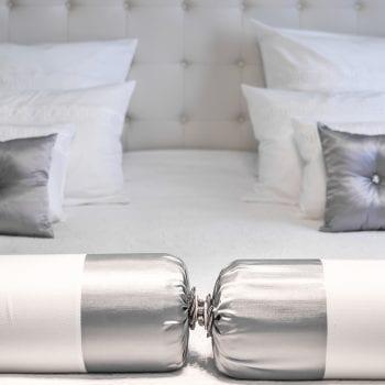 Weiße Hotelbettwäsche