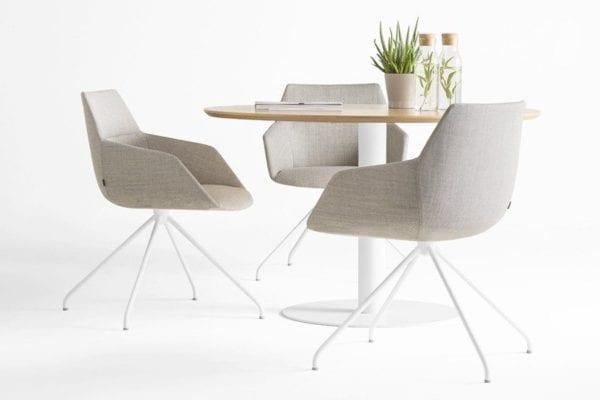 Tische und Sessel von Inclass